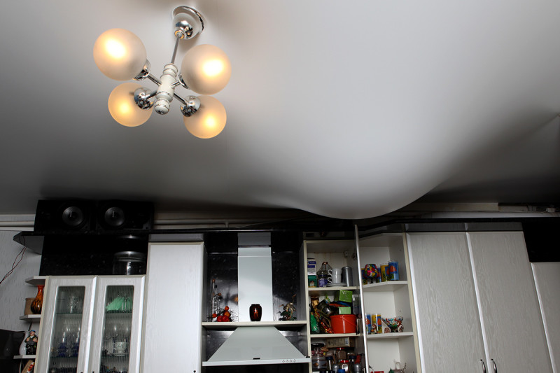 Защита квартиры от заливания соседями сверху с помощью натяжного потолка
