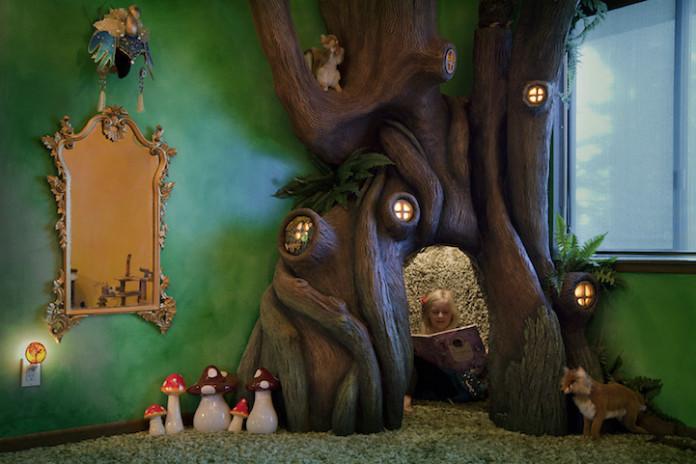 любящий отец сооружает сказочное дерево
