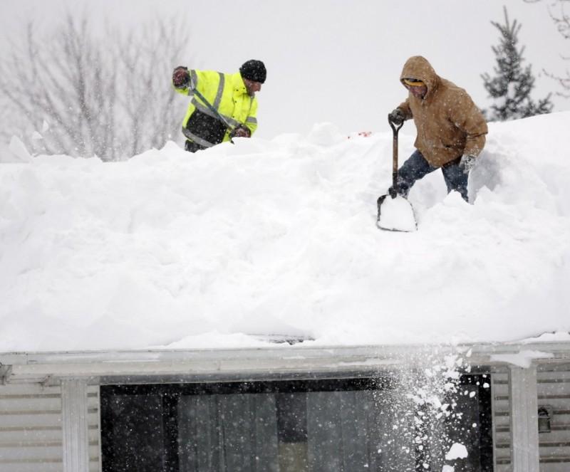 Уборка снега с крыши с помощью лопат