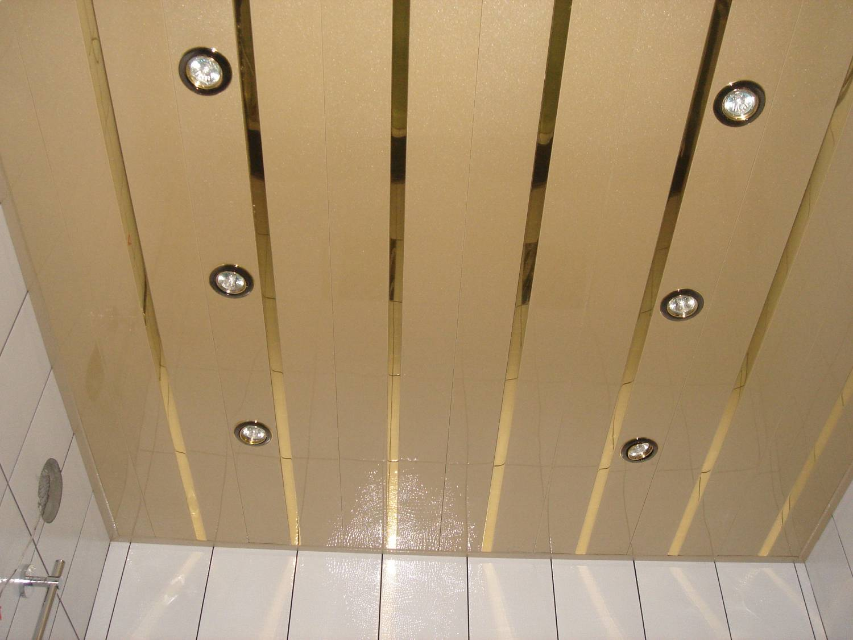 Потолок в ванной реечный