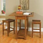 Фото 18: Маленький деревянный стол и табуреты на кухню