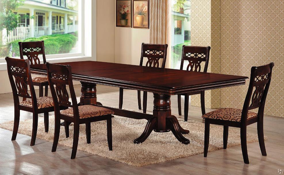 Деревянные стулья и стол