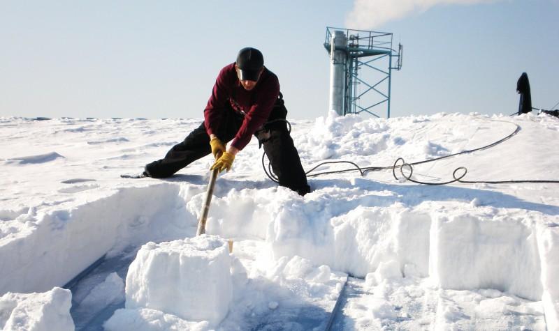 Осторожная уборка снега с крыши