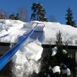 Фото 19: Уборка снега с крыши скребком