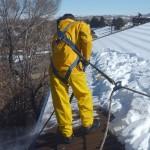 Фото 20: Уборка снега с крыши со страховкой
