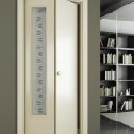 Фото 29: Узкая дверь-книжка белого цвета со стеклянной вставкой
