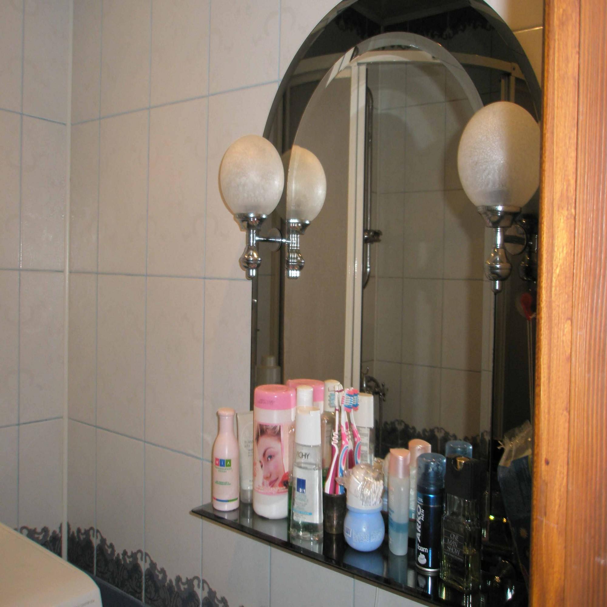 Зеркало с полкой в ванной комнате