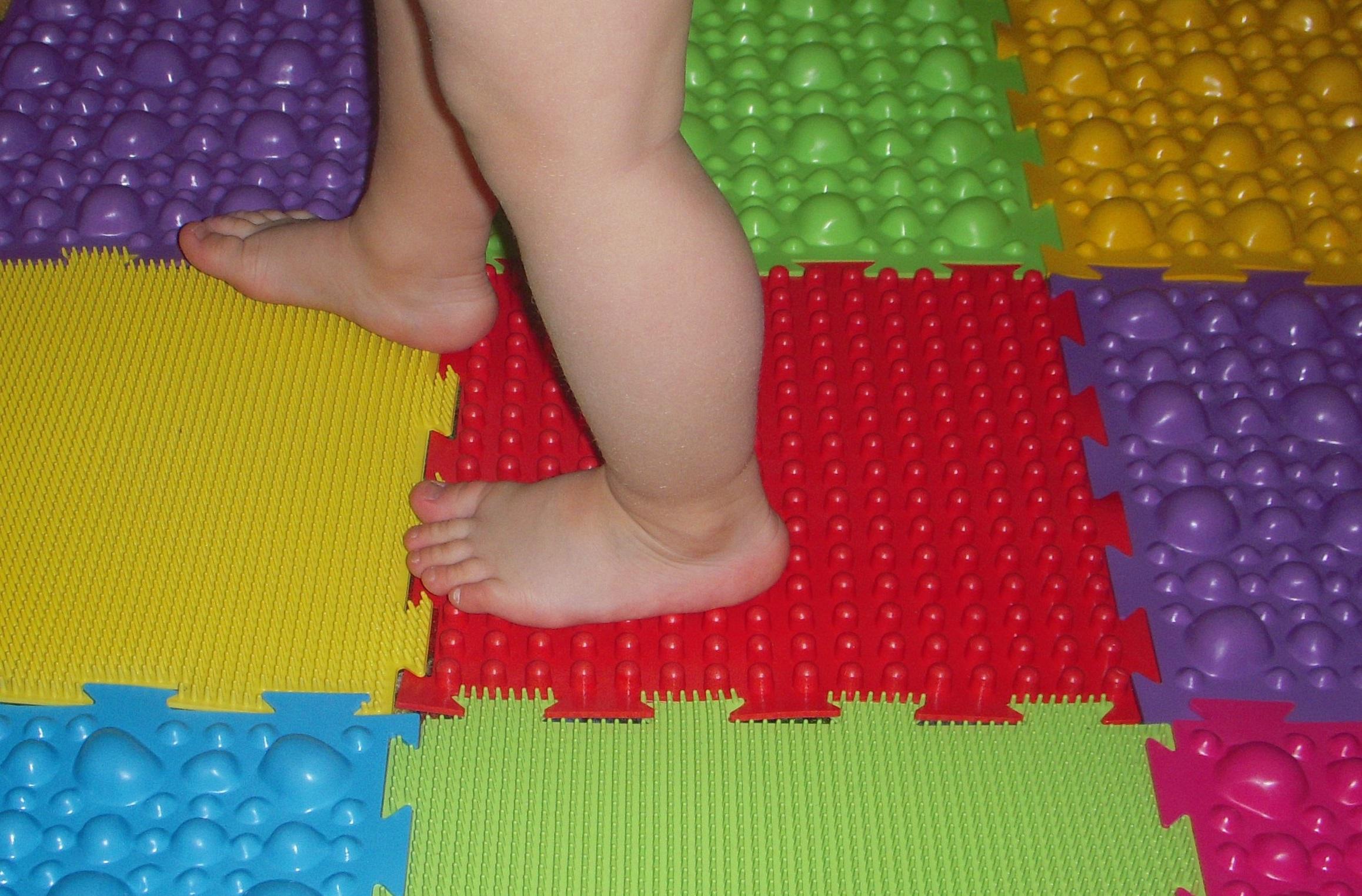 Ребенок на коврике