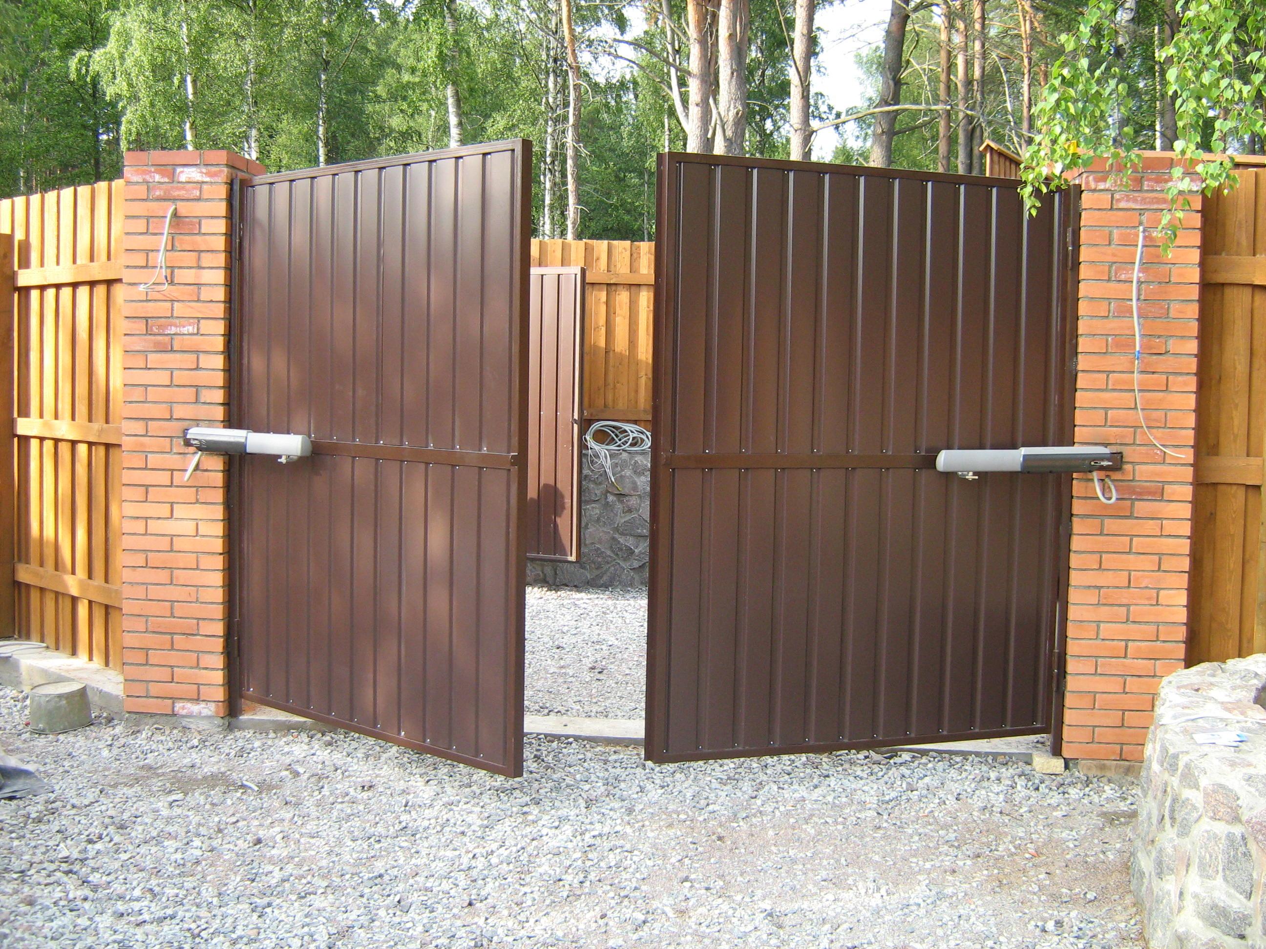Распашные ворота – самый популярный вид ворот