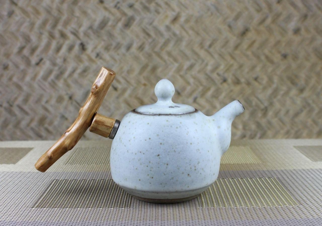 Заварочный чайник с необычной ручкой