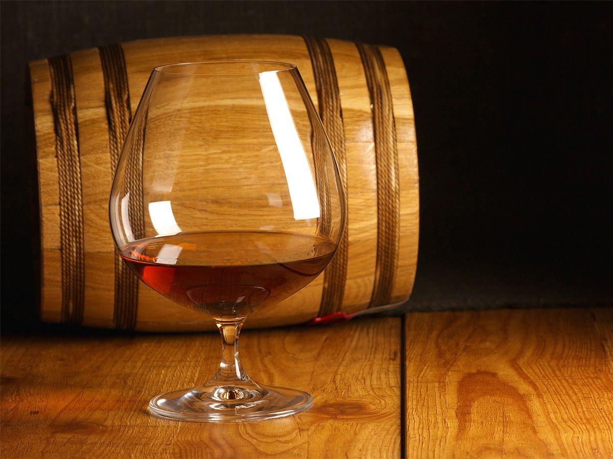 Дубовые бочки и бокал вина
