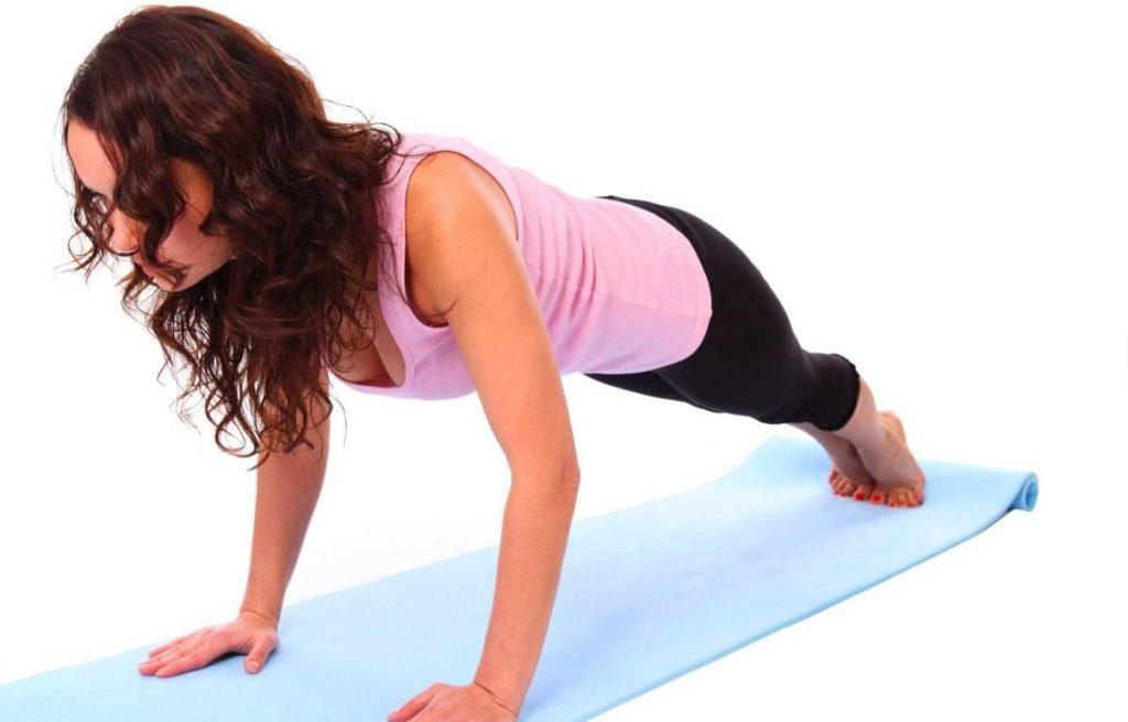Занятия на коврике для фитнеса