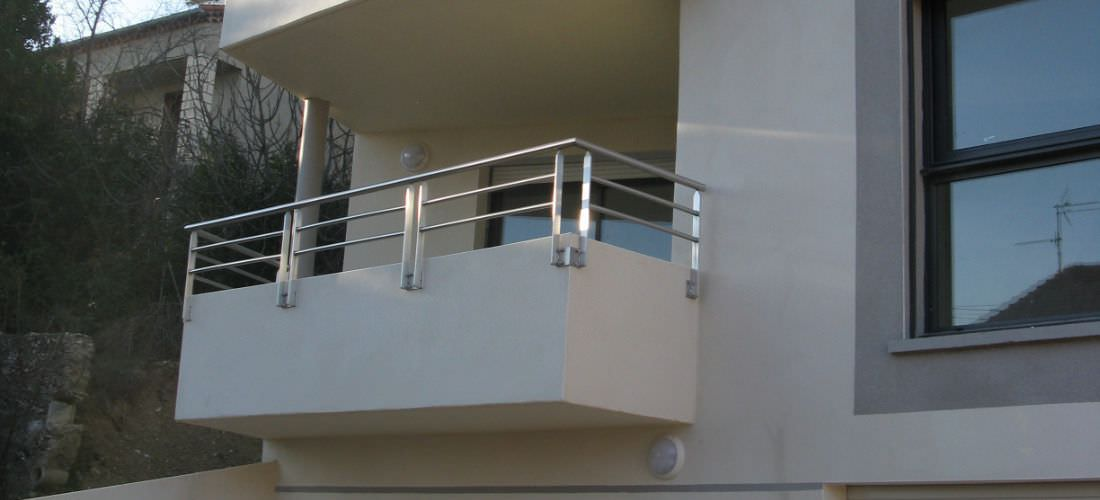 Балкон с перилами из нержавеющей стали