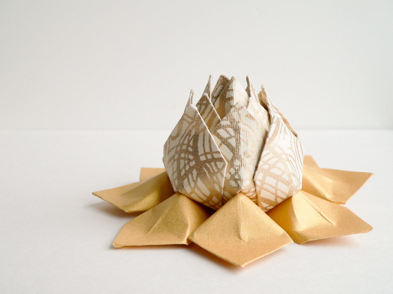 Бежевый цветок лотоса из салфеток