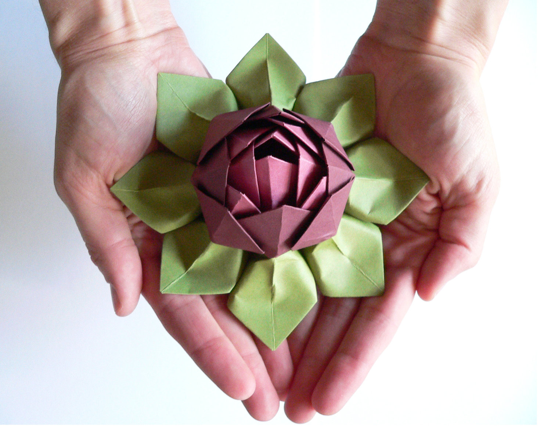 Цветок лотоса из салфеток на ладонях