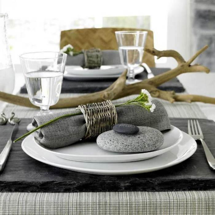 Галька и ветки в сервировке стола