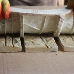 Фото 7: Использование силиконовой формы для изготовления декоративного камня