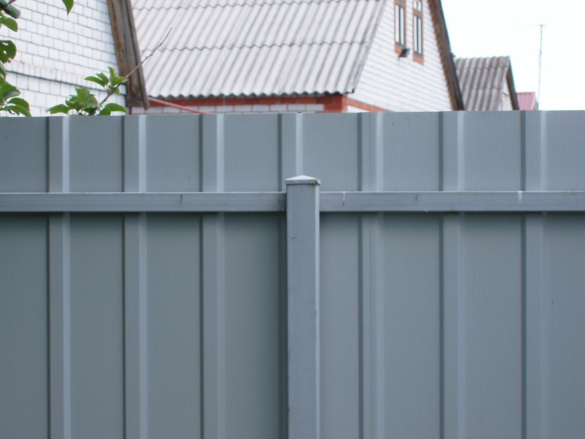Забор на металлических сваях