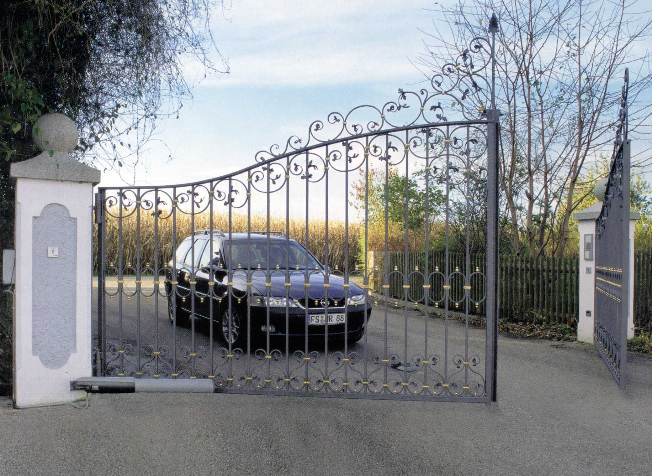 Машина заезжает в автоматические ворота