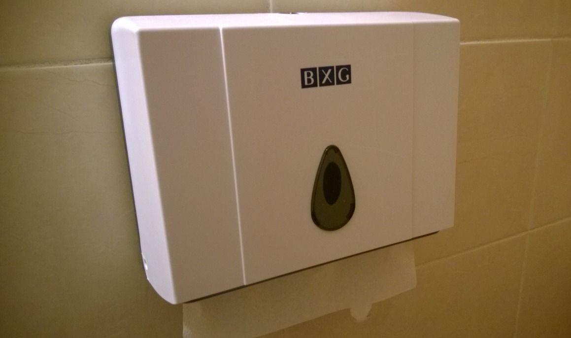 Диспенсер для бумажных полотенец белый