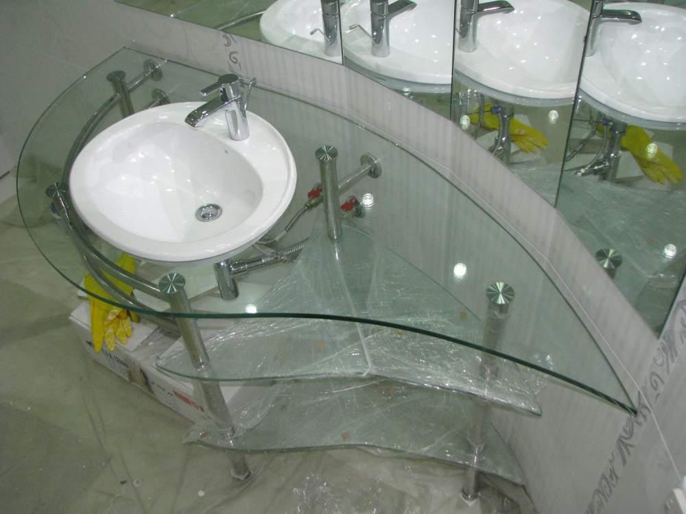 Стеклянная столешница в ванной