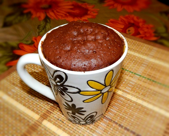 шоколадный кекс в кружке в микроволновке