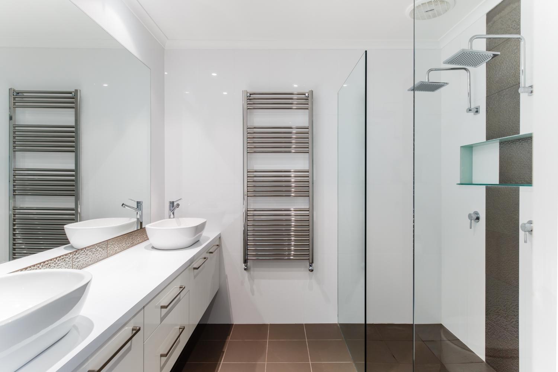 Полотенцесушитель в интерьере ванной