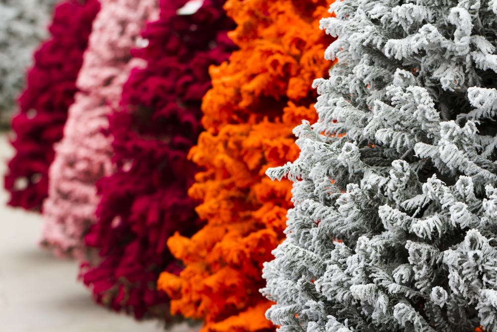 Искусственные елочки разнообразных цветов