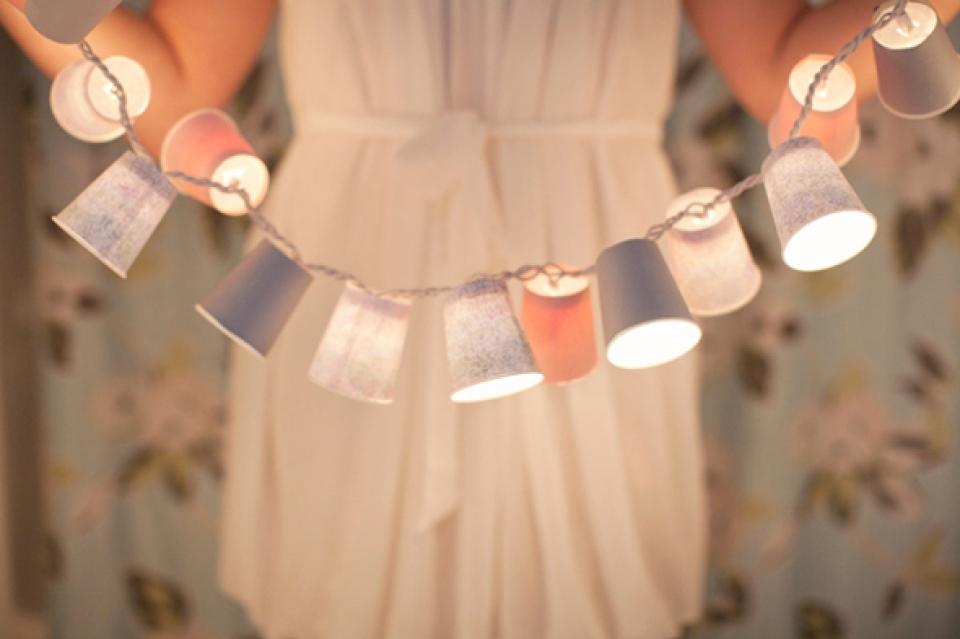 Гирлянда с плафонами из бумажных стаканчиков