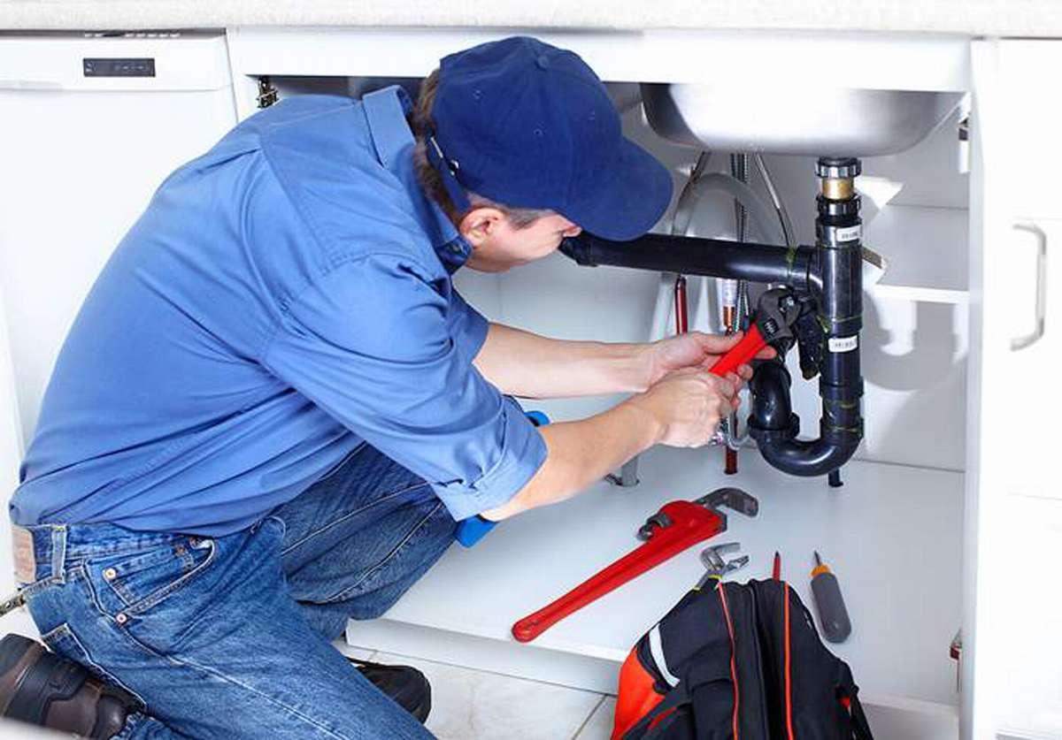 Чтобы не допустить повторного появления плесени, проводите своевременный ремонт смесителей и водопроводов