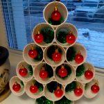 Фото 2: Новогодняя поделка елочка из стаканчиков