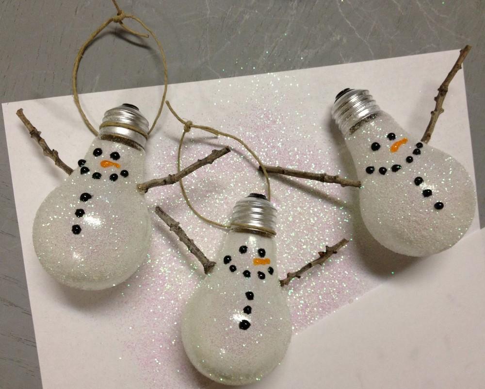 Елочные игрушки из лампочек снеговики