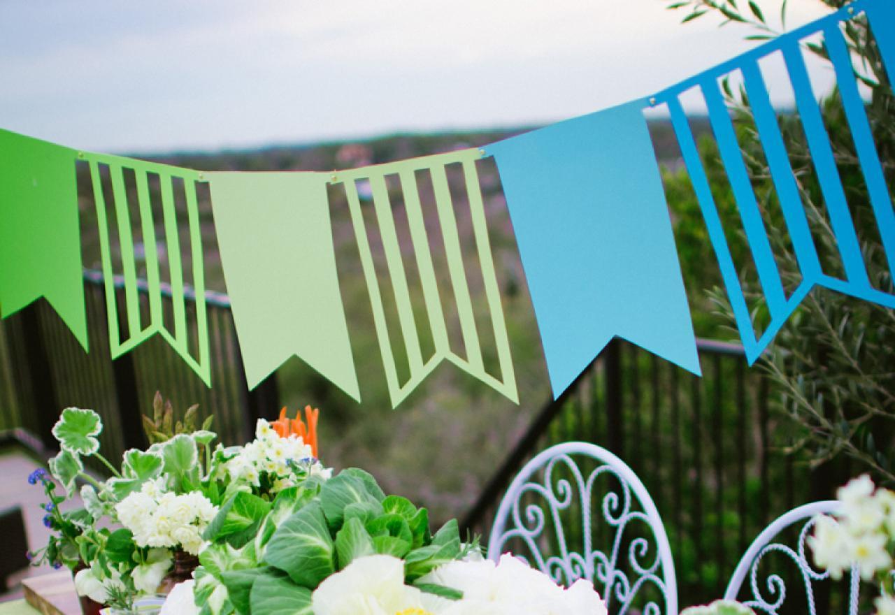 Бумажные гирлянды являются очень популярными и применяются для украшения как частных домов, так и торжественных мероприятий