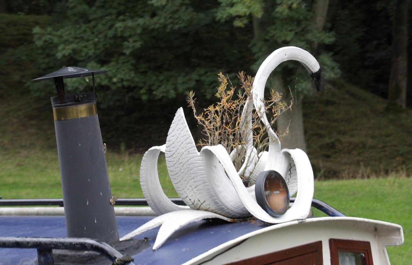 Имея старые отслужившие покрышки, инструменты и немного терпения, можно сотворить прекрасного лебедя