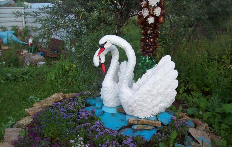 Садовый лебедь из пластиковых бутылок