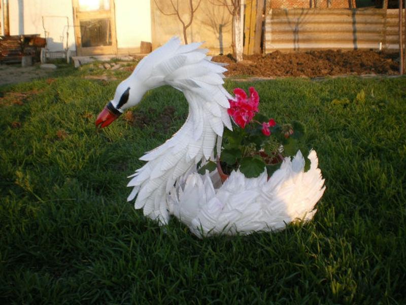Поделка лебедь часто изготавливается для украшения сада, ведь эта птица очень красива