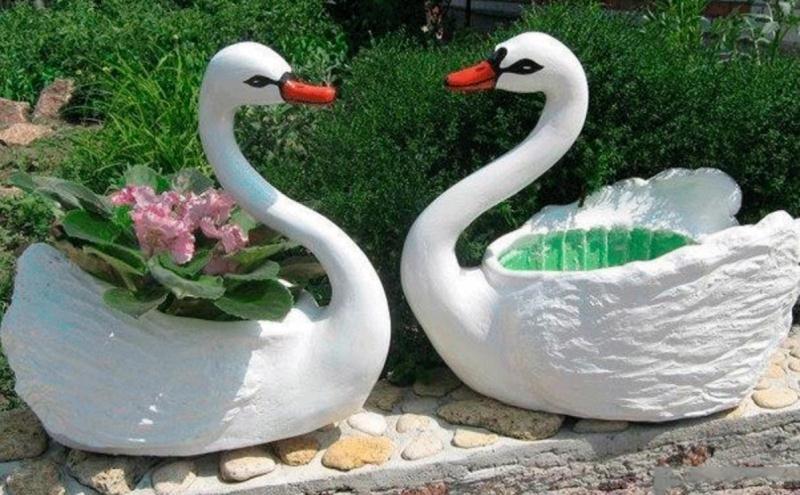 Одним из популярных видов поделок для сада является кашпо в виде лебедя, поскольку оно является не только элементом декора, но также оригинальным цветником