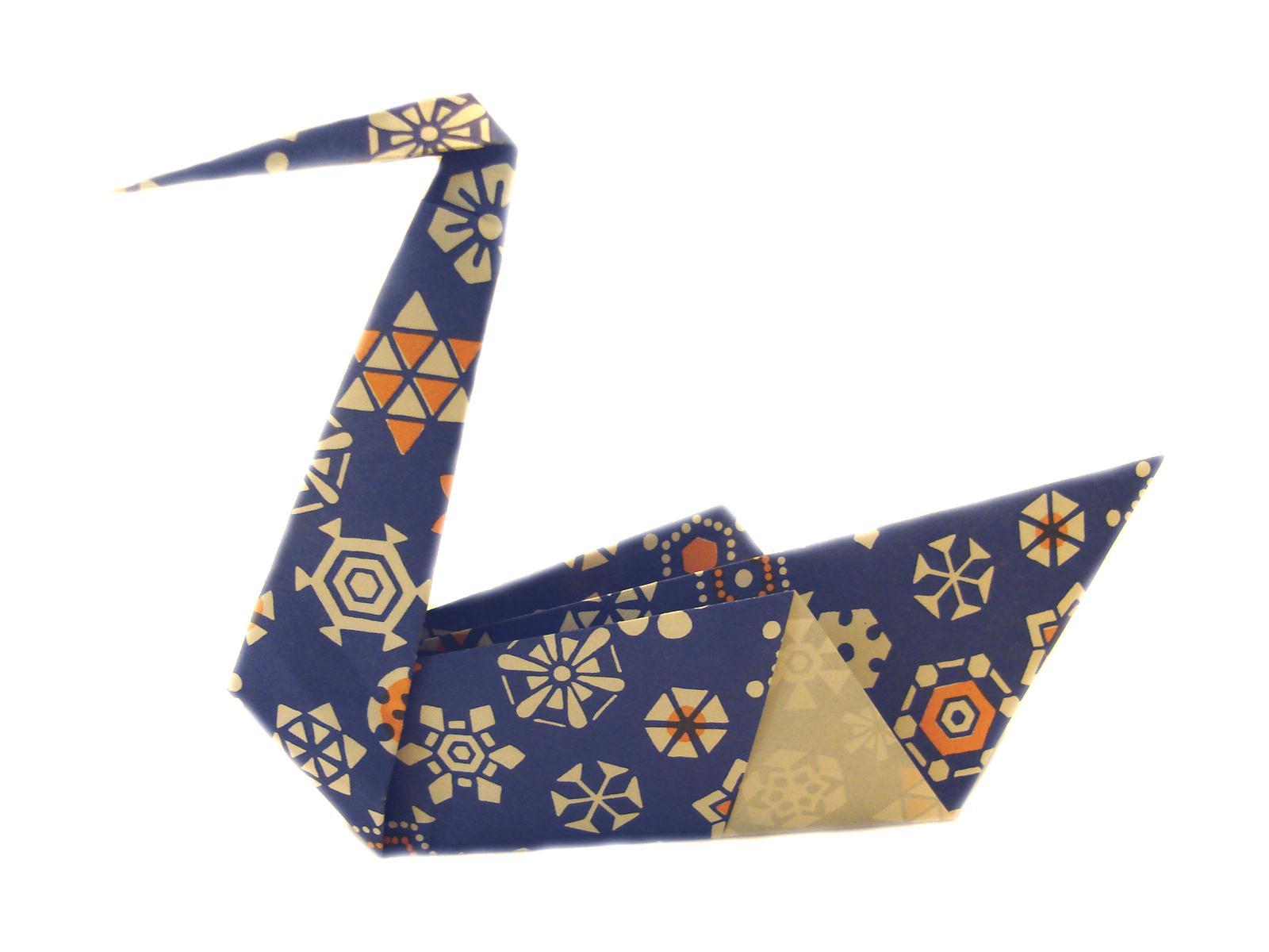 Выполнить поделку лебедя из бумаги можно с помощью традиционного оригами