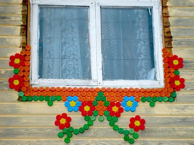 Украшение окна с помощью пластиковых пробок