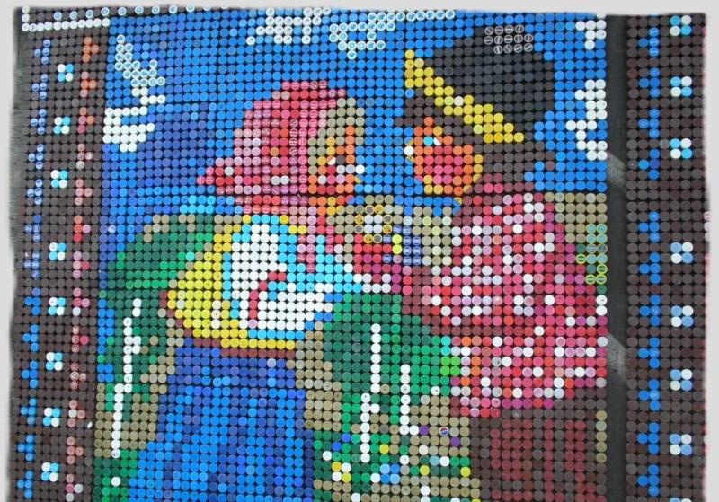 Для создания мозаичного панно требуется множество крышек разных цветов