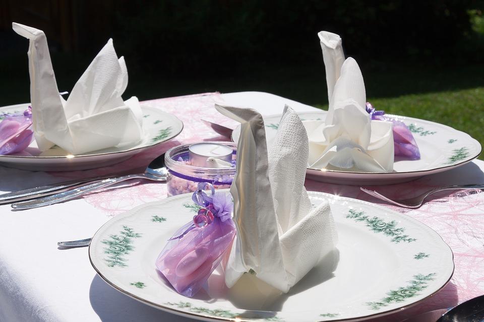 Сервировка стола в белой цветовой палитре