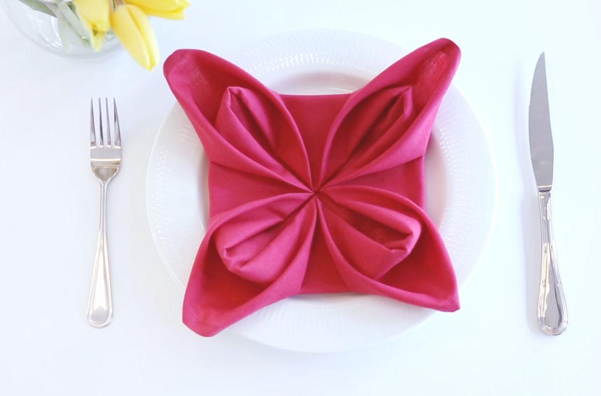 Цветок из салфетки будет отличным украшением для вашего стола