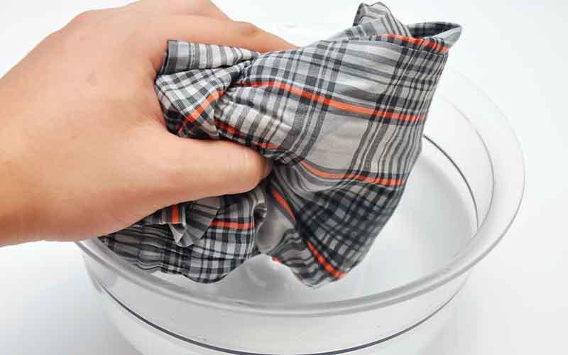 Замачивание одежды с добавлением средств для выведения плесени