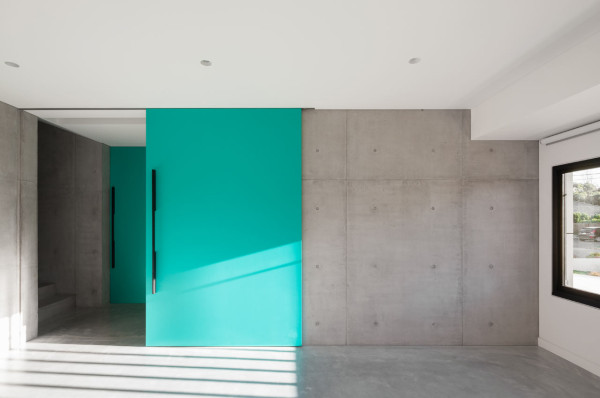 semejnyj-dom-s-betonnym-fasadom9