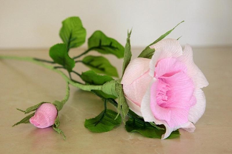 Бумажная роза в реалистичной манере