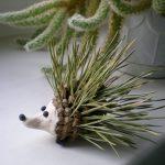 Фото 58: Ежик из шишек и хвойных иголок