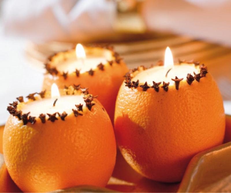 Новогодние свечи из апельсина, украшенного гвоздикой