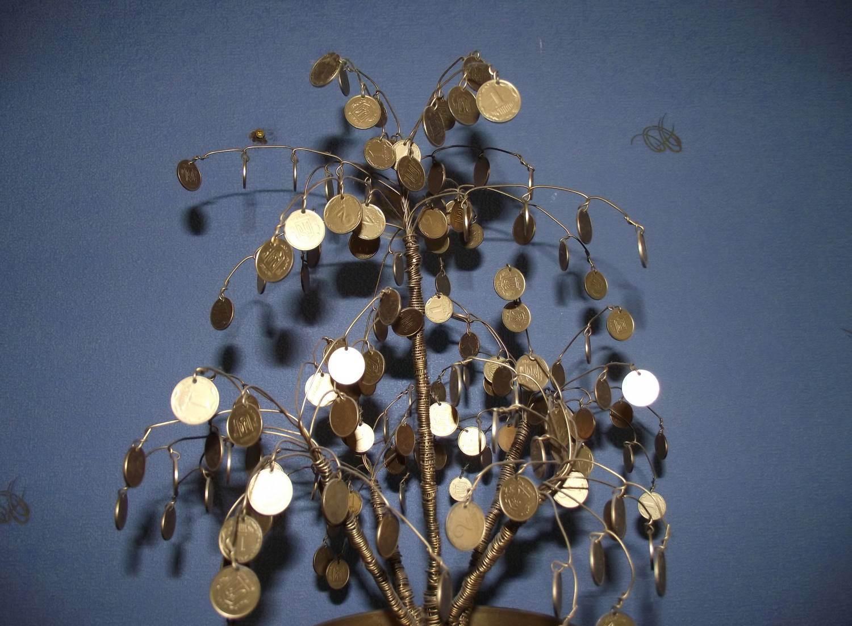 Чтобы дерево выглядело более эффектно нужно сделать несколько слоев монеток