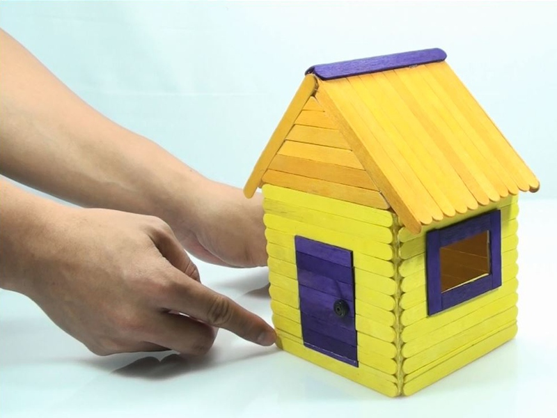 Игрушечный домик из палочек от мороженого поможет сэкономить деньги