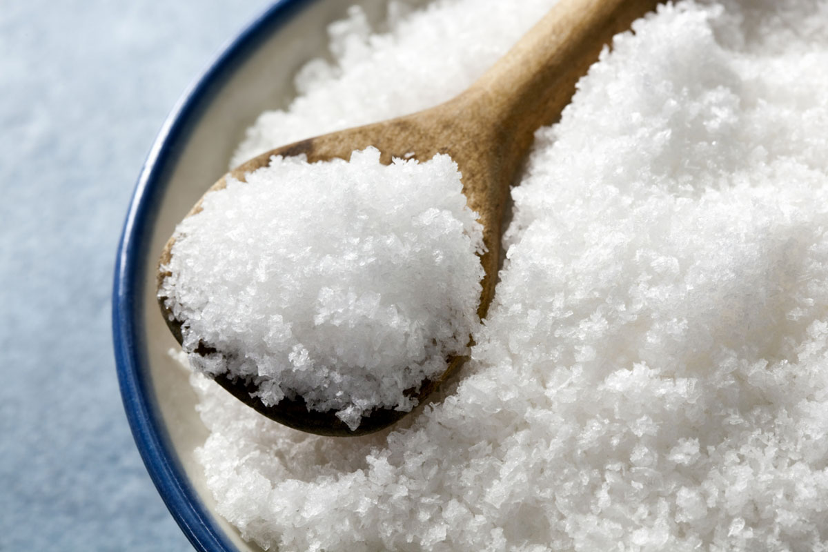 Соль впитает в себя жир